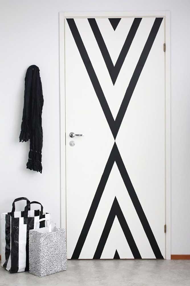 A boa e velha porta de madeira branca pode ganhar ares completamente novos com uma faixa ou pintura diferenciada