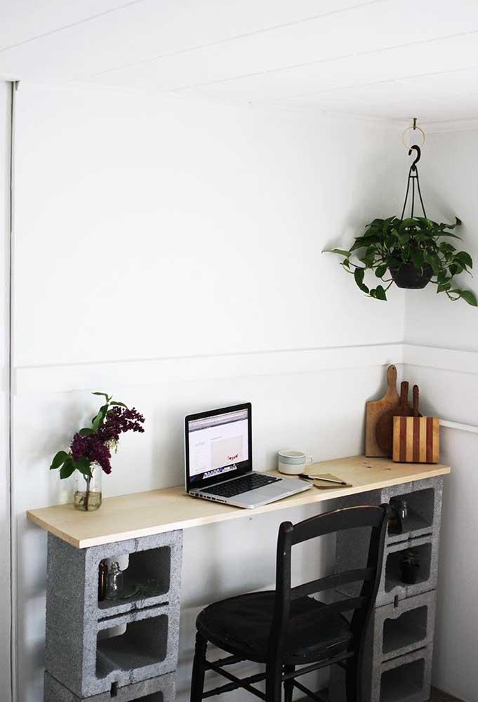 Quer uma decoração mais barata e prática do que essa? Aqui, a escrivaninha foi feita com uma tábua simples de madeira e blocos de concreto