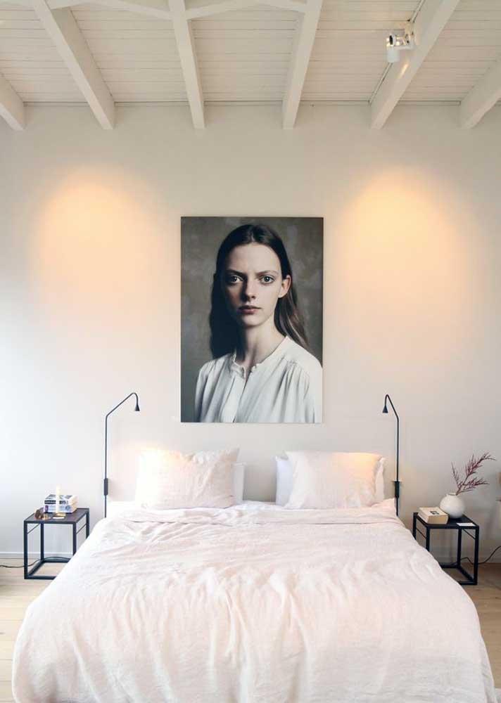 Para esse quarto de casal, a decoração conta apenas com um quadro grande na cabeceira da cama