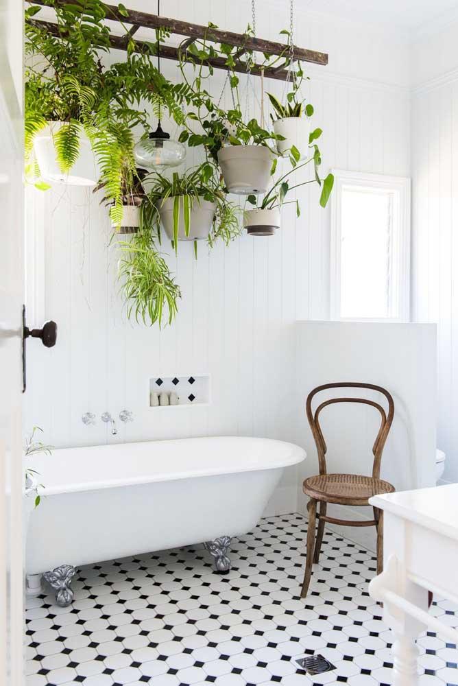 Que lindo esse banheiro com jardim suspenso! Repare que todo o trabalho de sustentação dos vasos é feito por uma escada velha