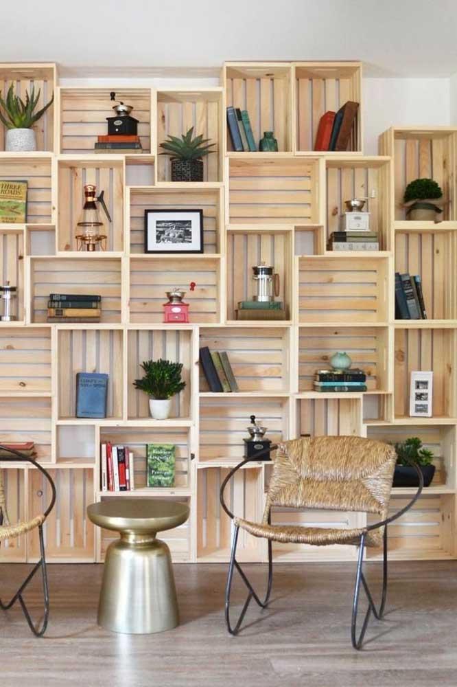 Aqui, nessa sala são os caixotes de madeira que dão o tom da decoração
