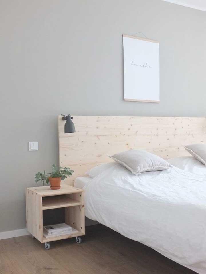 Olha ela aí! A madeira de pinus dando vida a cabeceira da cama e ao criado mudo