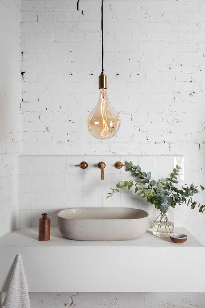 Decoração simples e barata para o banheiro: aqui, bastou um pote de vidro decorado com galhos de planta