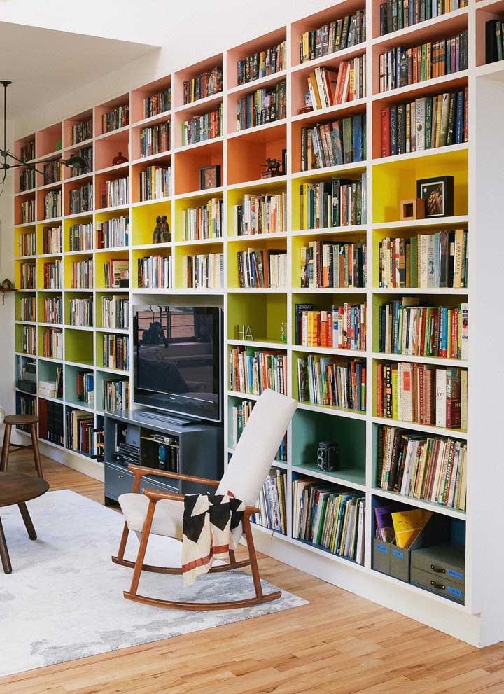 Prateleiras por toda a parede da sala de estar: mais baratas do que armários