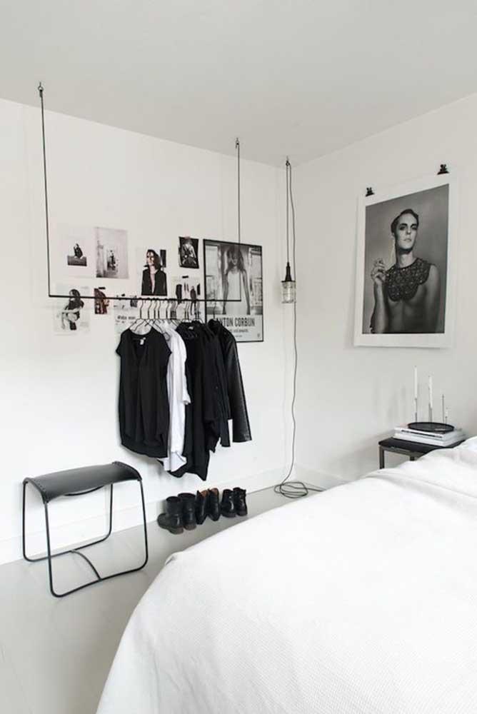 O quarto preto e branco apostou apenas em fotos na parede e um closet aberto