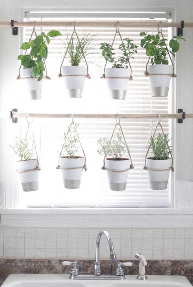 Ideia linda, criativa e barata de decoração: vasinhos suspensos por cabos de madeira na frente da janela
