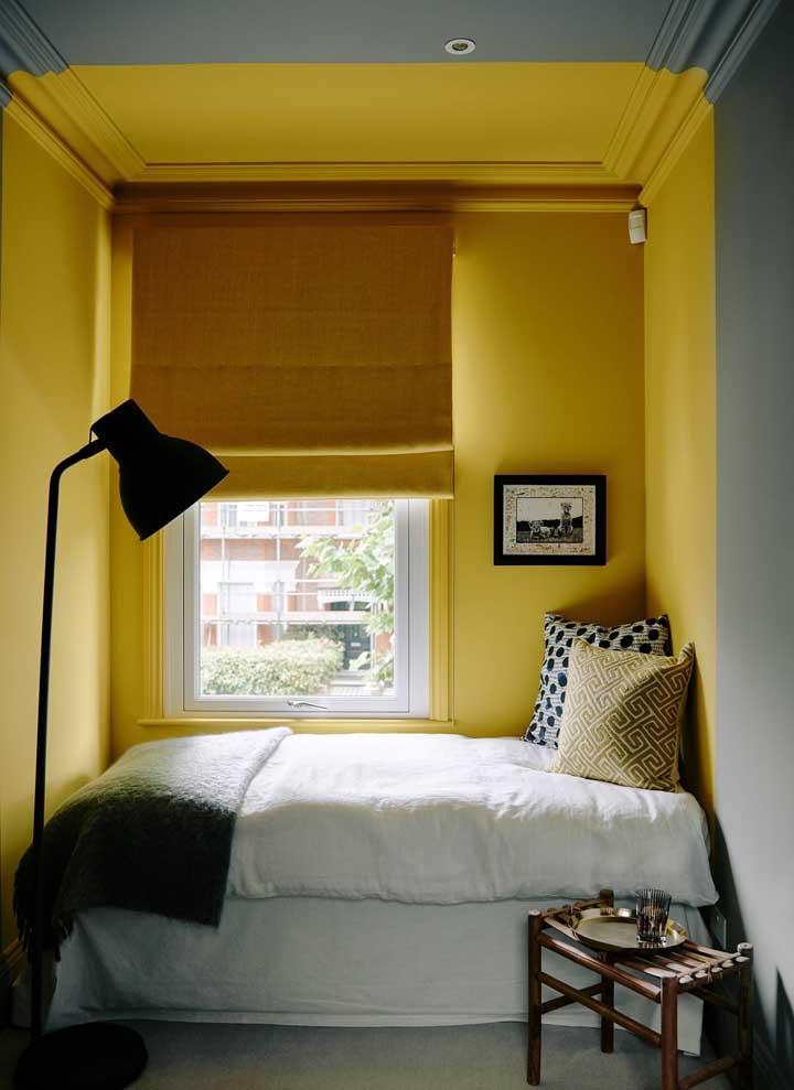 Parede em duas cores; o amarelo destaca a área da cama