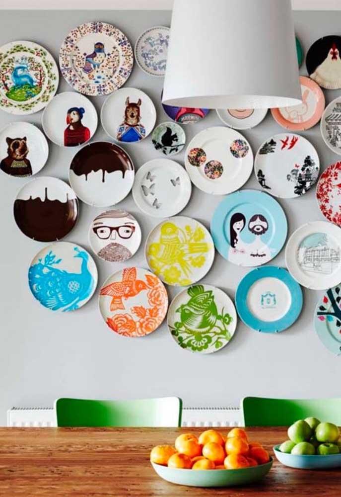 Quadrinhos coloridos e com estampas variadas dão um toque de descontração para a sala de jantar