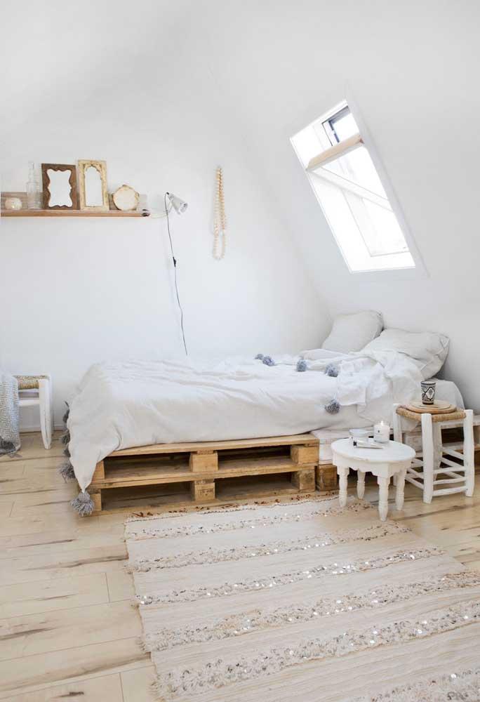Decoração barata para o quarto do casal: cama de pallet, prateleira de madeira e espelhinhos
