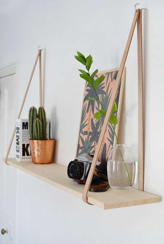 Essa prateleira é muito simples de fazer: basta uma tábua de madeira e tiras de couro