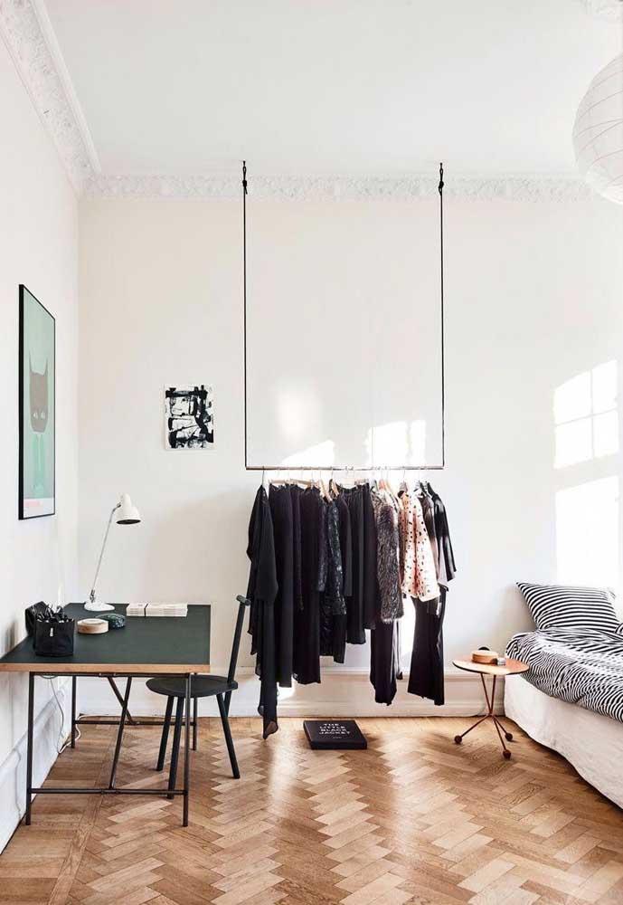Nesse quarto, a solução foi apostar em um closet aberto: ele decora e organiza as roupas de modo moderno