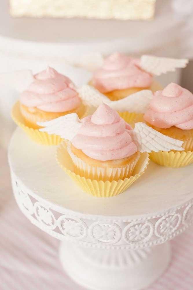 Cupcakes cor de rosa com asas de anjo feitas em pasta americana: uma decoração deliciosa para o batizado