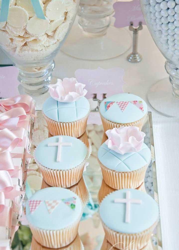 Cupcakes para festa de batizado decorado com símbolos católicos