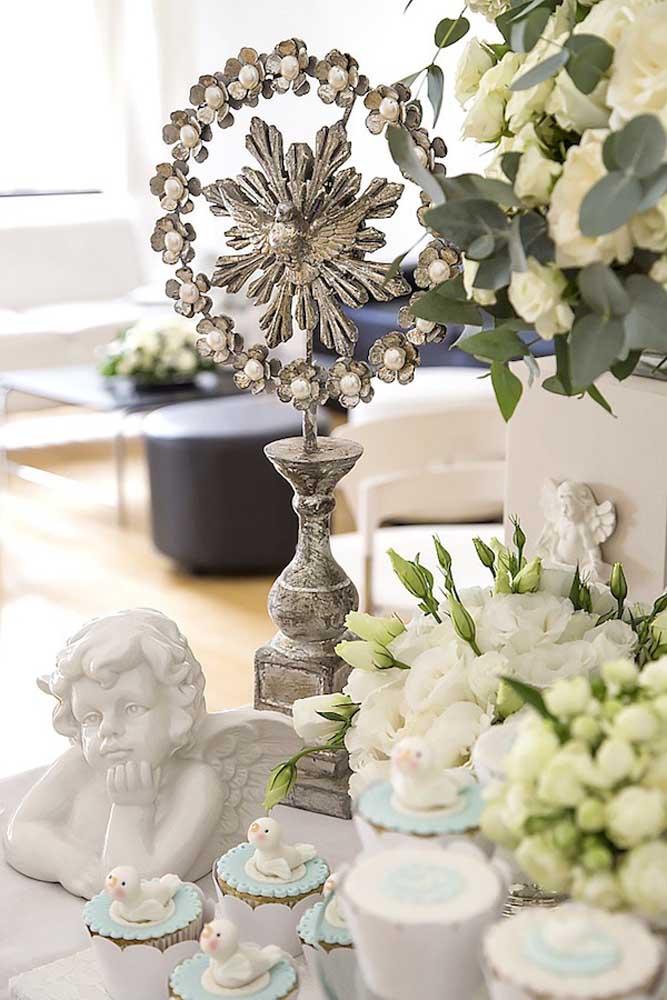 Anjos e símbolos católicos são sempre bem vindos na decoração de batizado infantil