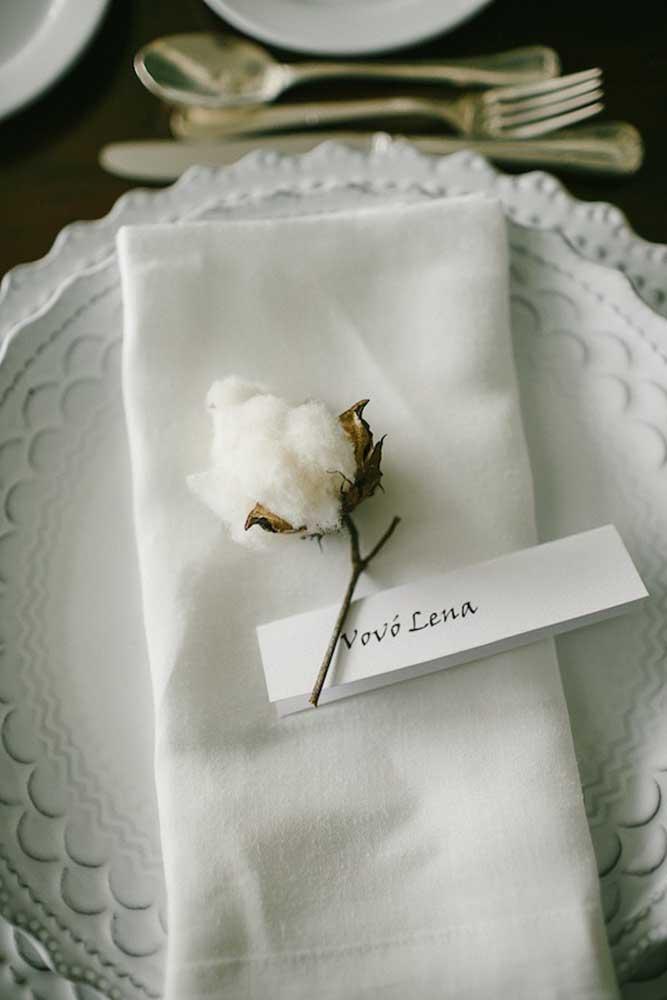 Almoço de batizado com mesa posta decorada com muita elegância e sofisticação