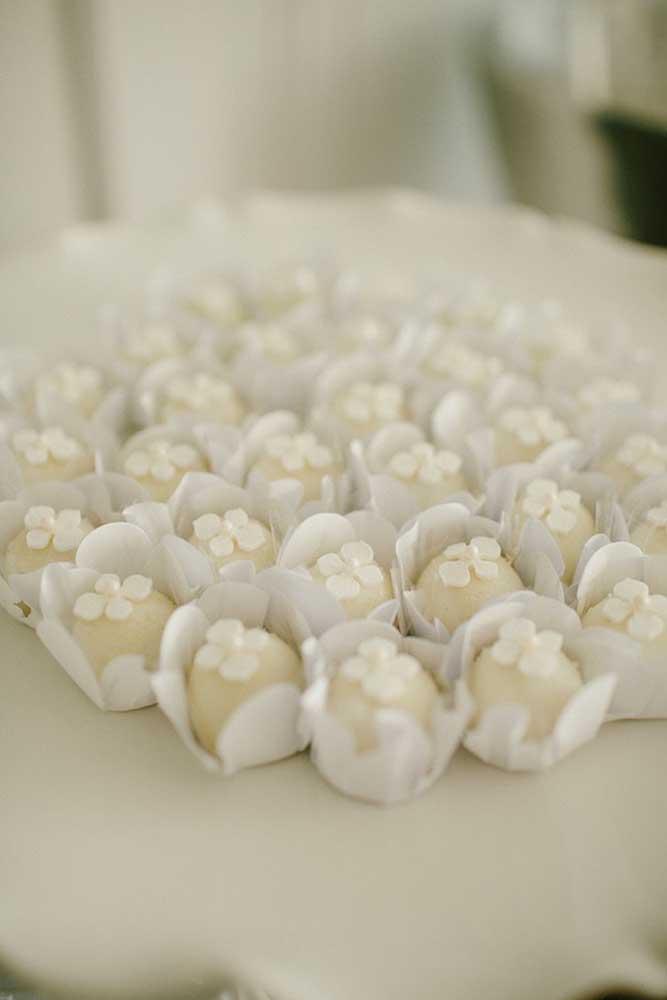 Doces finos para o batizado decorados com pequenas pérolas: um charme!
