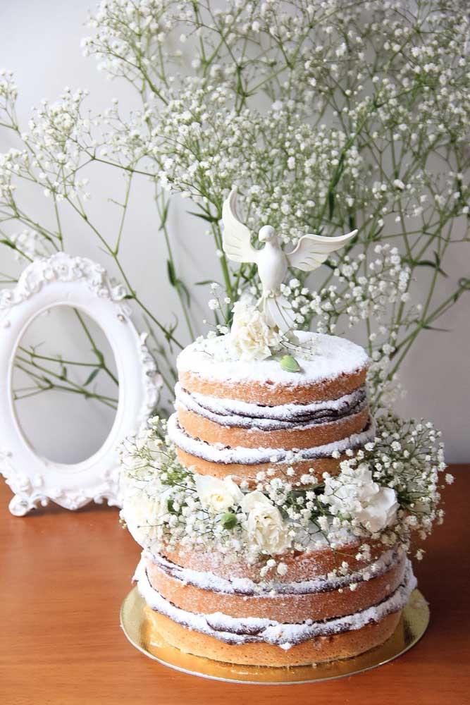 Naked cake para a festa de batizado: as delicadas flores brancas junto com a pombinha reforçam o tema do evento