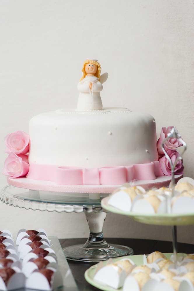 Nesse batizado, o bolo simples de pasta americana traz um anjinho delicado para decoração