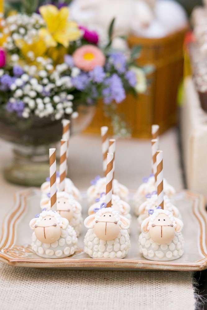 Lindos docinhos em formato de carneirinhos para a festa de batizado