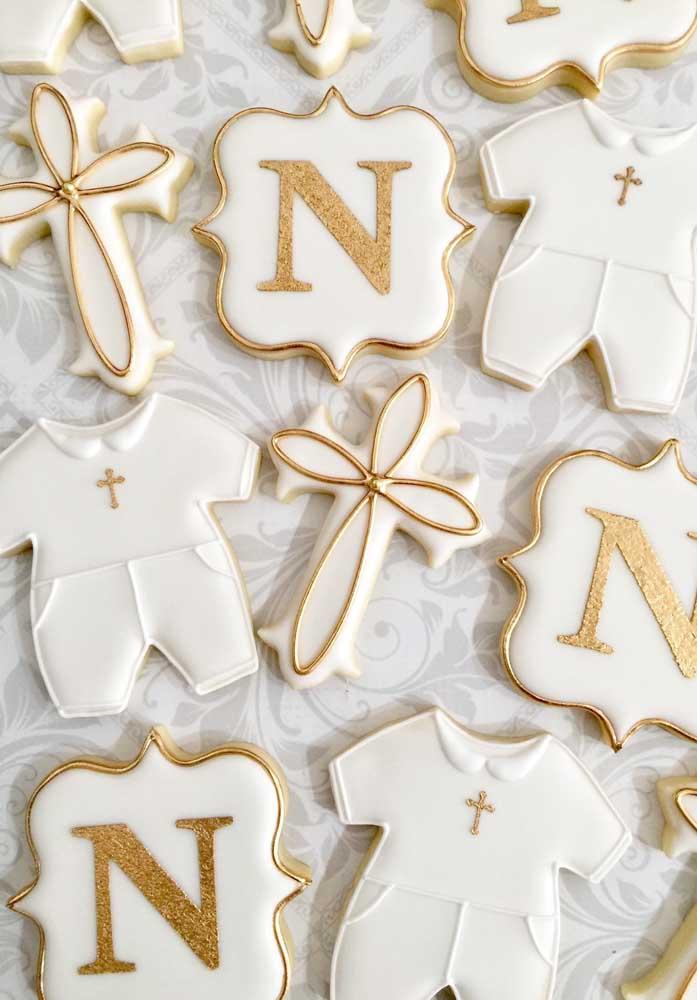 A decoração branca e dourada do batizado é usada até nos biscoitinhos