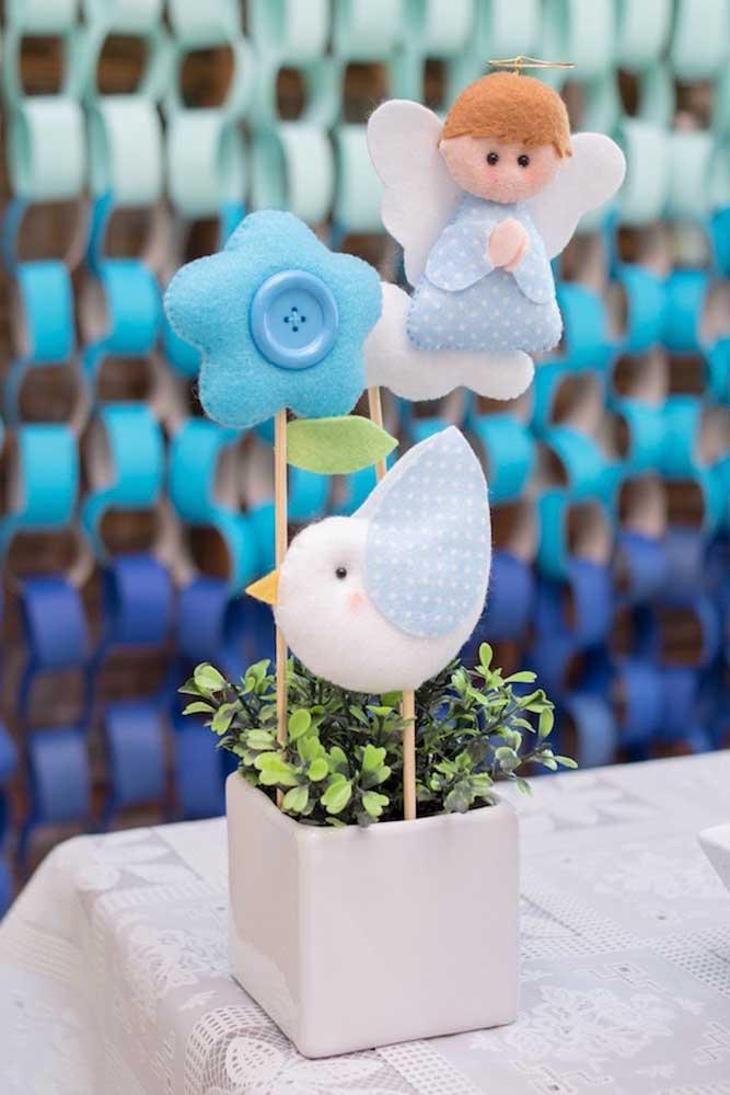 Para os centros de mesa da festa de batizado, arranjos com figuras de anjos, passarinhos e flores em feltro