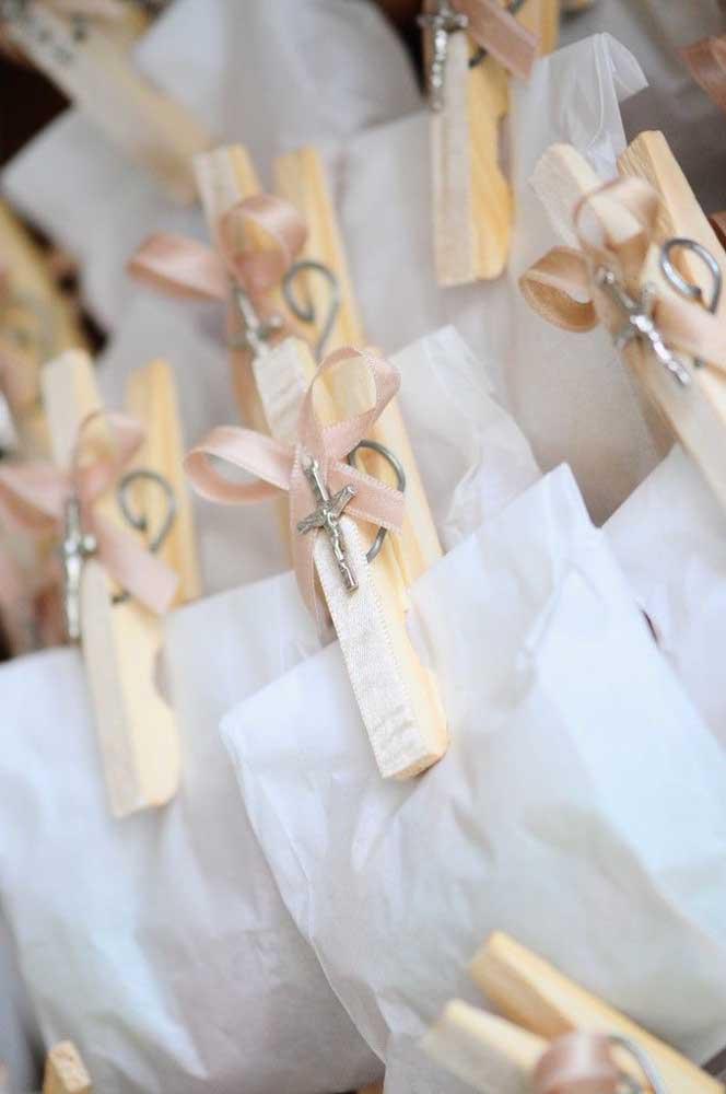 Ideia simples, fácil e barata para a lembrancinha de batizado: saquinhos de pipoca fechados com prendedor de roupa decorado com cruzes