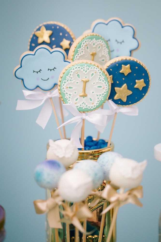 Lindos biscoitinhos decorados com figuras de nuvens e estrelas