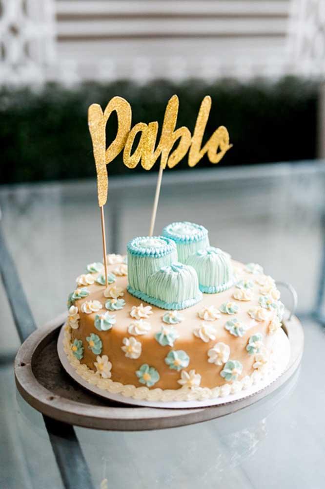 Aqui nesse batizado, o bolo traz o nome da criança