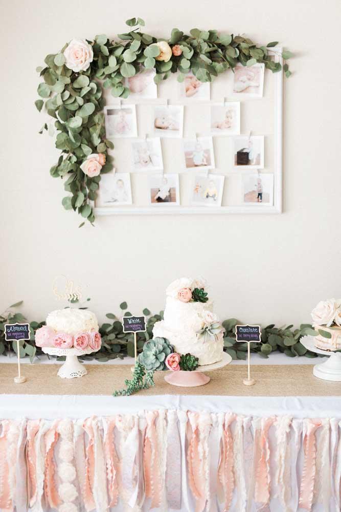 A sugestão aqui é decorar a festa de batizado com as fotos da criança, linda ideia, não é mesmo?