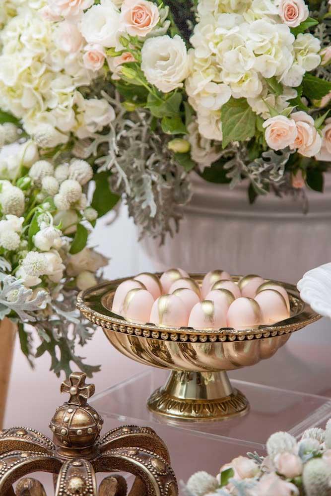 O dourado traz um ar nobre e sofisticado para a festa de batizado