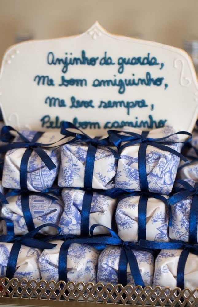Docinhos embalados para os convidados levarem para casa como lembrancinha do batizado
