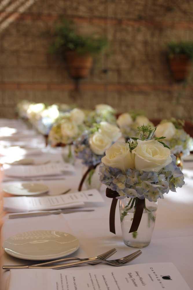 Mesa posta para o almoço do batizado; a proposta aqui foi usar pequenos e simples arranjos de flores