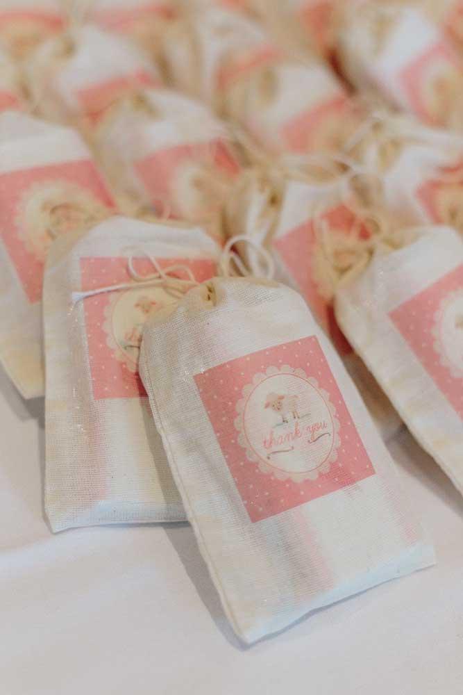 Saquinhos de tecido rústico para guardar as lembrancinhas dos convidados do batizado