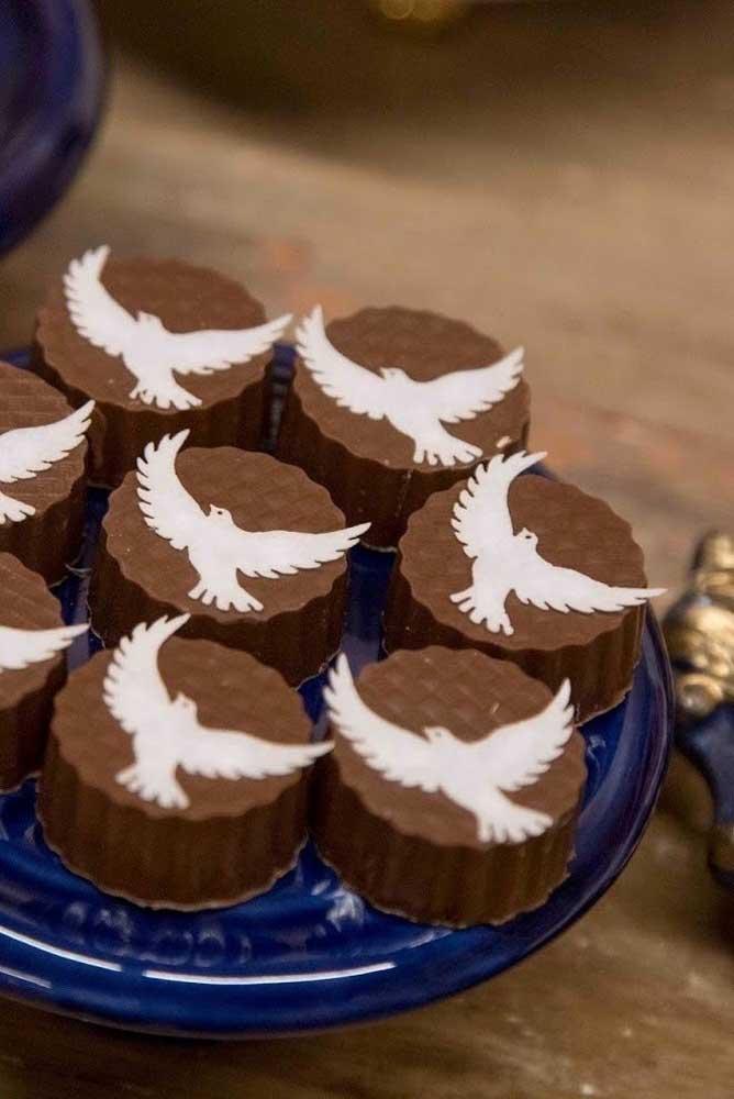 As pombinhas brancas simbolizam a paz interior que o batismo proporciona
