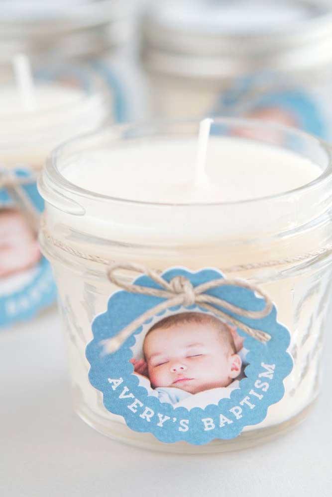 A foto do bebê acompanha as velinhas perfumadas que serão distribuídas como lembrancinha para os convidados do batizado