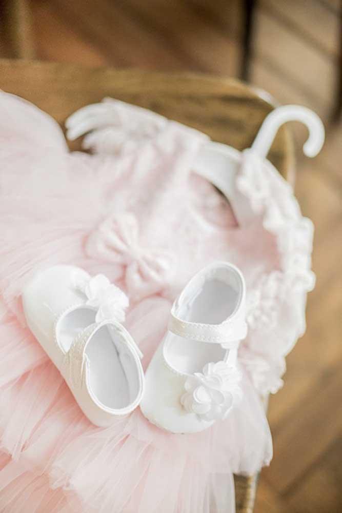 A roupinha que o bebê irá vestir no dia do batizado é sempre uma preocupação para os papais; aqui, a sugestão é um vestidinho rosa claro, simples e bonito