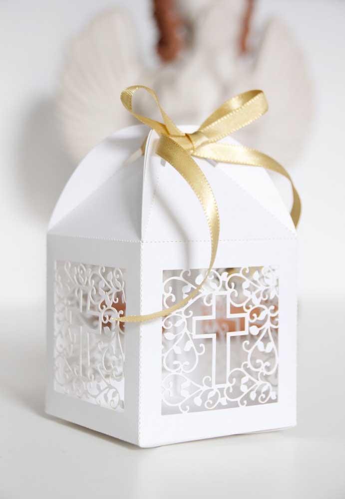 Que linda ideia de sacolinha para lembrancinha de batizado; a aparência vazada da embalagem se assemelha a uma renda
