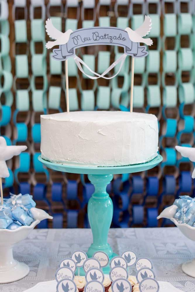 Bolo espatulado simples para batizado; o destaque aqui fica por conta do suporte azul
