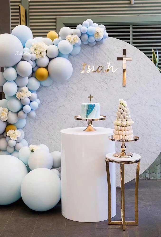 Balões são uma opção bonita, prática e barata para decorar a festa de batizado; vale investir em um arco descontruído ou espalhá-los de modo criativo pelo ambiente
