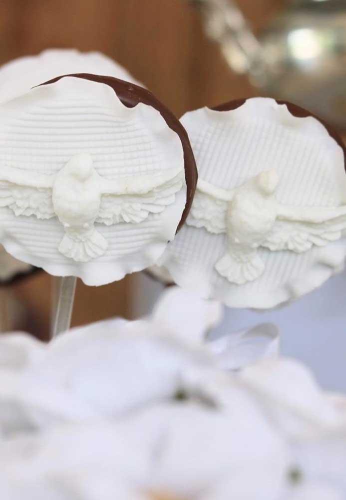 Aqui, são os pirulitos de chocolate com decoração de pasta americana que se destacam