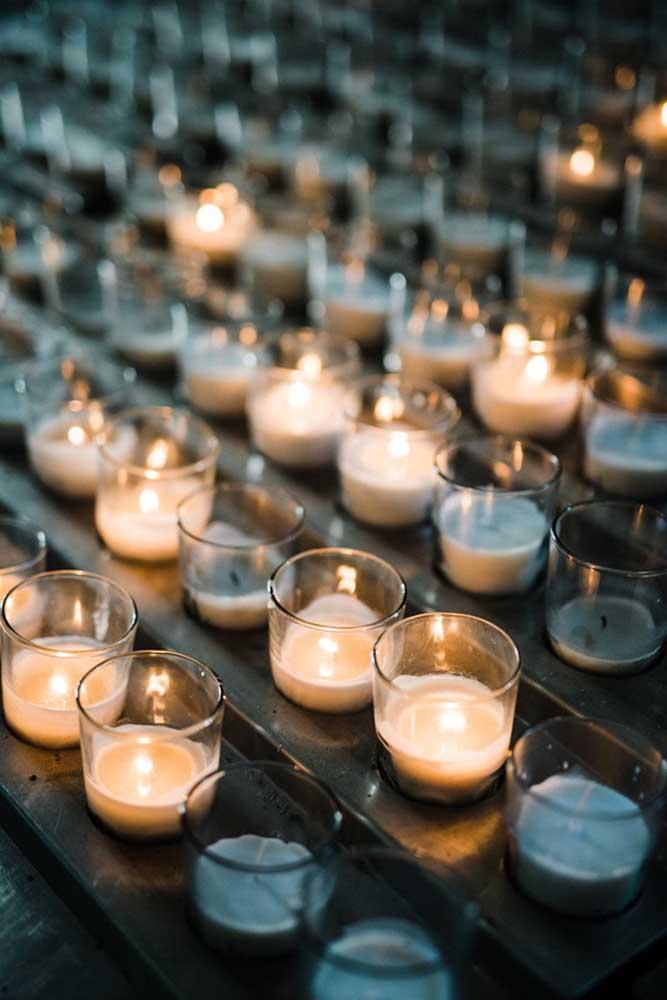 Que tal usar velas no copo para decorar a festa de batizado? Uma ideia linda, prática e econômica