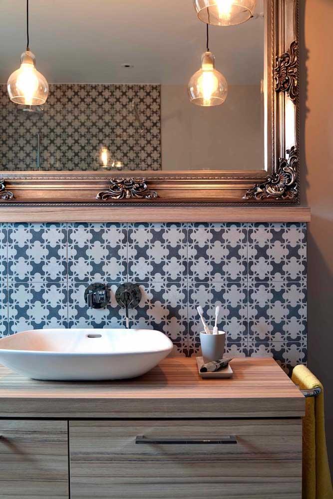 Molduras clássicas mudam completamente o estilo dos espelhos para banheiro