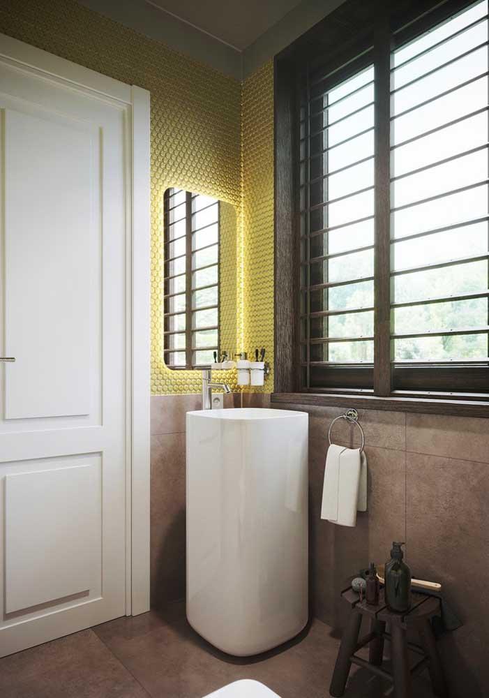 Espelho retangular com bordas arredondadas para um banheiro jovial e despojado