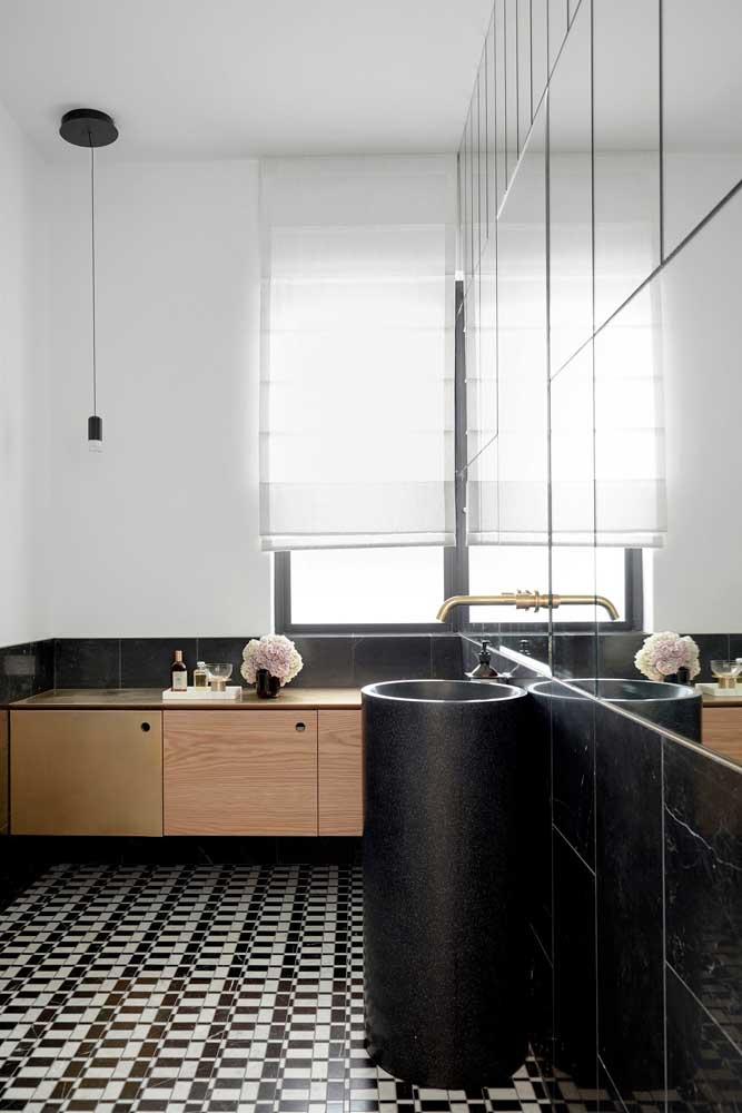 Banheiro moderno com espelho recortado em diferentes peças