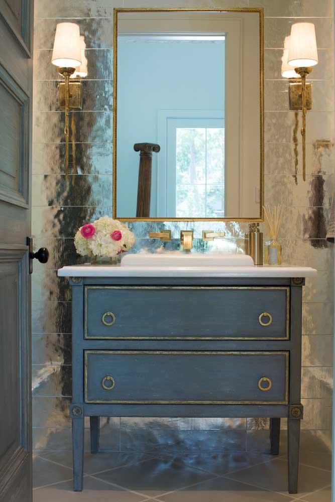 A decoração do banheiro provençal combinou como uma luva com o espelho em moldura dourada