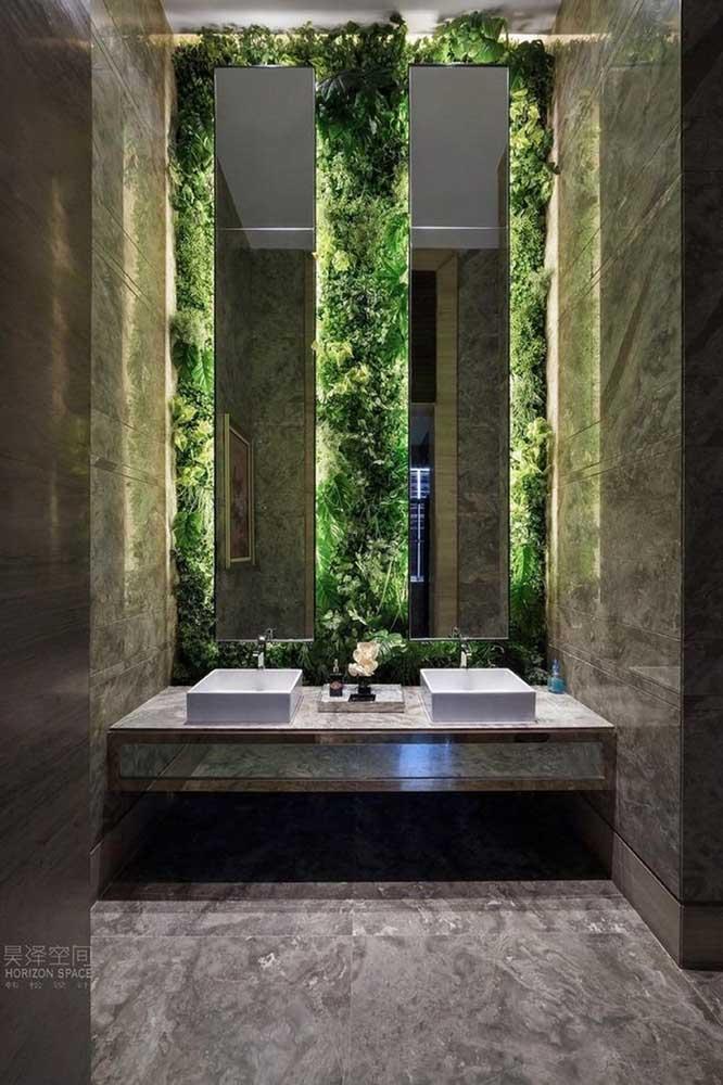 O jardim vertical serviu como uma moldura verde para o espelho do banheiro