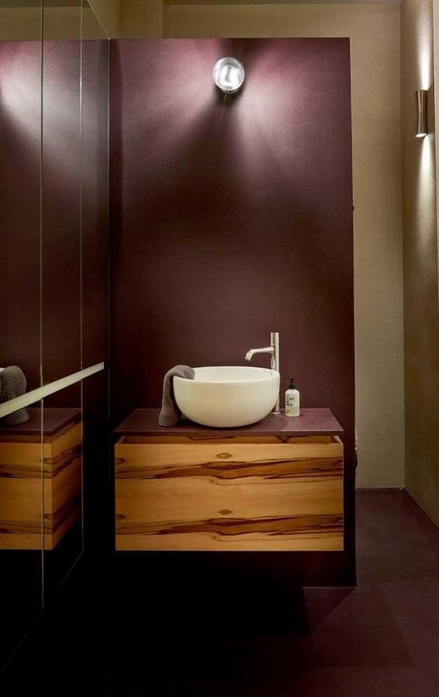 Uma inspiração para quem não quer abrir mão da iluminação e ter, ao mesmo tempo, um espelho para banheiro incrível