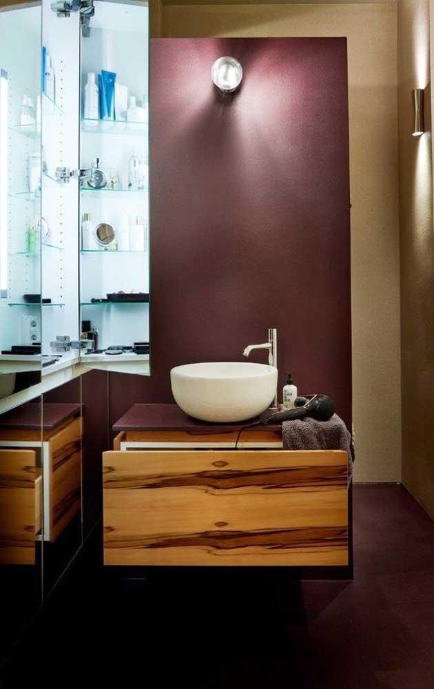 Mas é só se atentar um pouco mais para perceber que o espelho esconde um armário; solução linda e original para o banheiro pequeno