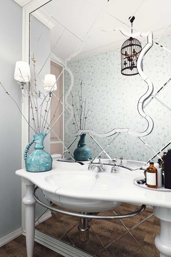 Nesse banheiro, o espelho é a atração principal
