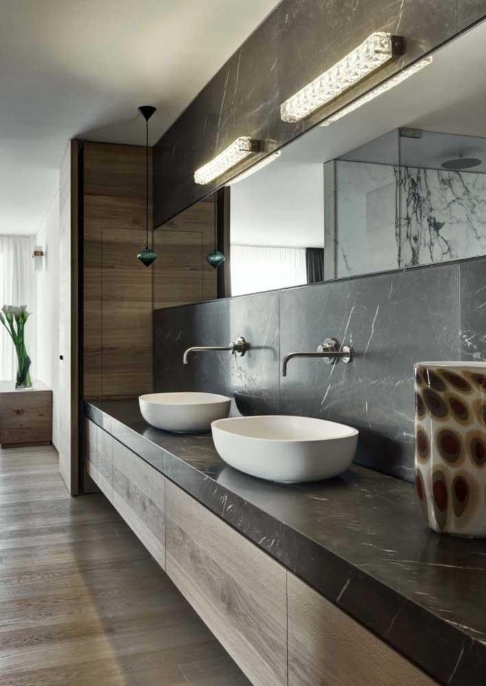 Uma opção muito utilizada em pias duplas é o espelho percorrendo toda a extensão da parede